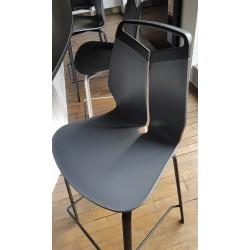 Chaise de bar Gripp couleur grise avec piètement en métal noir