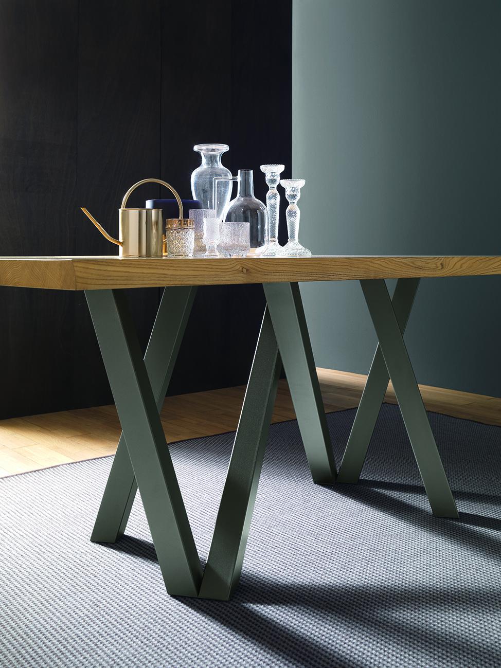 Table avec piètement en métal
